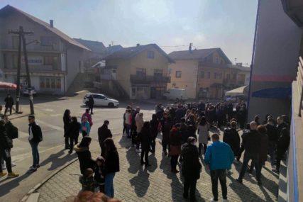 Ogorčenost zbog PRESUDE PIJANOM VOZAČU: Danas samo porodica zapalila svijeće na mjestu pogibije Vanje Rudić u Prnjavoru (FOTO)