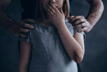 ODBJEGLU DJEVOJČICU SPASLA POLICIJA Muškarac iz Brčkog prodao maloljetnu kćerku i prisilio je na udaju