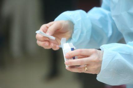 Isplivali snimci zdravstvenih radnika koji vakcinišu starije ljude potpuno PRAZNIM ŠPRICOM