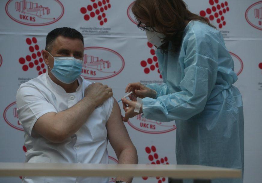 """""""NIŠTA NIJE BOLJELO"""" Direktor UKC Vlado Đajić prvi u BiH primio vakcinu protiv korone"""
