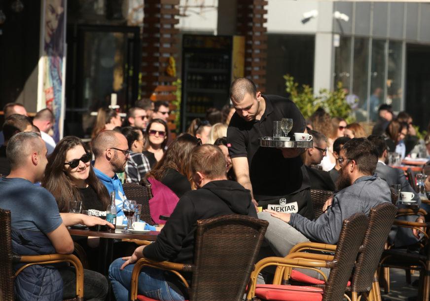 U BANJALUCI PUNI KAFIĆI Majice kratkih rukava, haljine i kafa na otvorenom (FOTO)