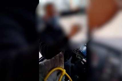 "Bahata putnica napravila haos u autobusu ""Neću da stavim masku, a ti umri"" (VIDEO)"
