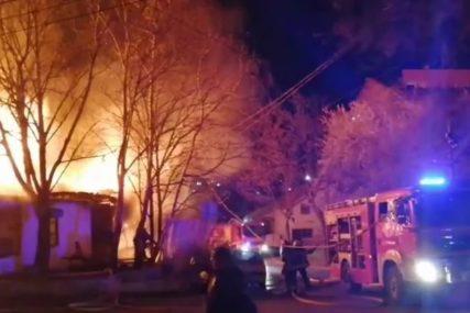 BUKTINJA U BEOGRADU Gore barake na Karaburmi, vatra zahvatila i automobil