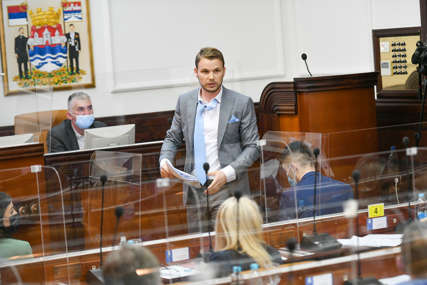 """""""Ne dam da ovo uradite, moraće me POLICIJA IZNOSITI"""" Draško Stanivuković održao vatreni govor u Skupštini grada (VIDEO)"""