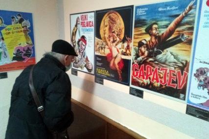 """SVJETSKI I DOMAĆI KLASICI Izložba """"Filmovi koje smo gledali"""" podstakla nostalgiju"""