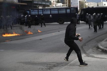 SUKOBI U SOLUNU Demonstranti gađali policiju Molotovljevim koktelima, policajci uzvraćali suzavcem (FOTO)