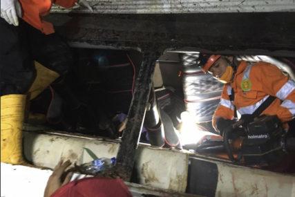 TRAGEDIJA NA PUTU Prevrnuo se školski autobus u Indoneziji, 27 mrtvih