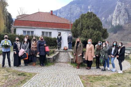46 godina od smrti velikog pisca: Položeno cvijeće na spomenike Ivi Andriću (FOTO)
