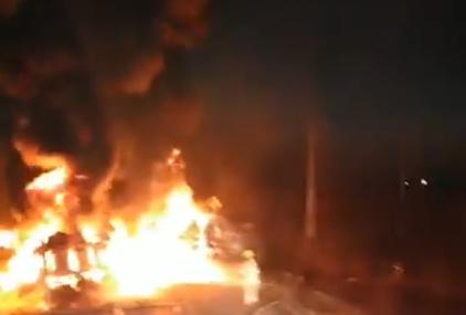 Sudar AUTOBUSA I CISTERNE SA GORIVOM: Najmanje 11 mrtvih na sjeveru Meksika (VIDEO)