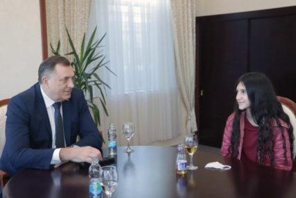"""""""Želim da upišem Fakultet dramskih umjetnosti"""" Dodik uručio stipendiju mladoj glumici Biljani Čekić"""
