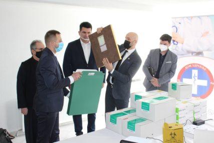 Miroslav Kojadinović donirao Domu zdravlja Lopare aparat za brzo testiranje antigena na virus korona (FOTO)