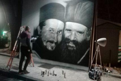 Dva prijatelja i duhovna pastira zajedno pod platanima: Mural Atanasija i Amfilohija ukrasio centar Trebinja