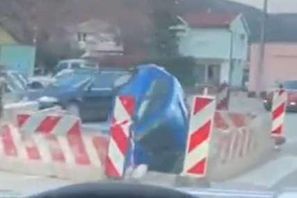 Neobična nesreća u Mostaru: Automobil upao u rupu na putu (VIDEO)