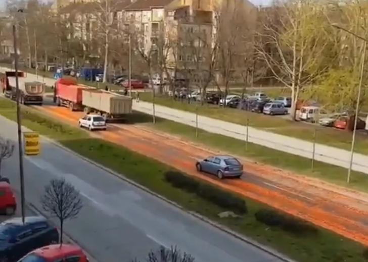 PUT POSUT MRKVAMA Gomila povrća se prosula po bulevaru u Novom Sadu, cijela ulica narandžasta (VIDEO)