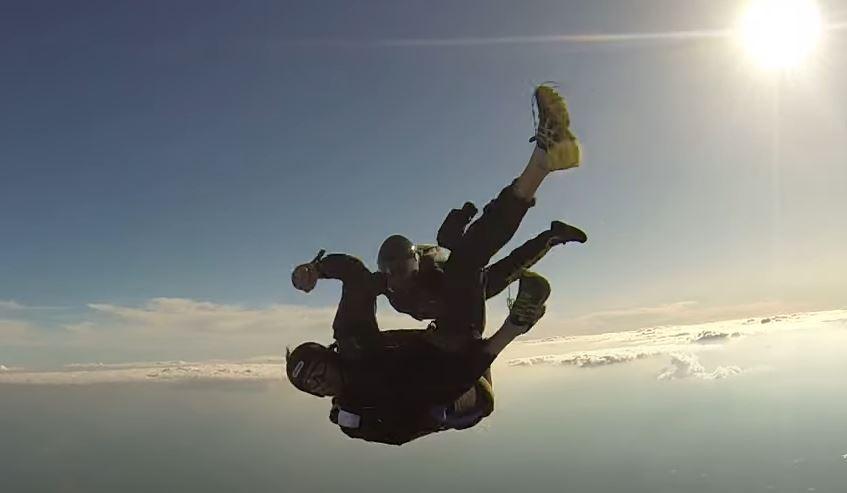 SPAS U ZADNJI ČAS Muškarac nije uspio otvoriti padobran, instruktor mu priškočio u pomoć (VIDEO)