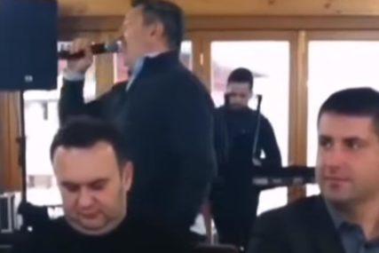 U Palama političare i direktore zabavljao Šerif Konjević, prisutni tvrde da je snimak star više od godinu dana (VIDEO)