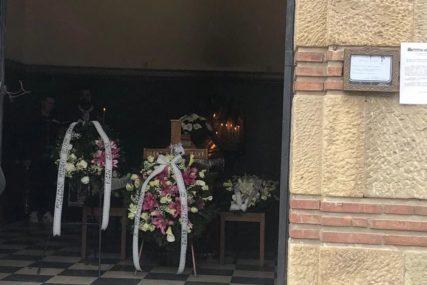 Sin Andrej neutješan u kapeli prima saučešća: Porodica ispraća Sanju Ilića na vječni počinak