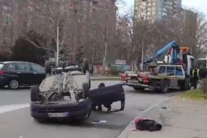 Nesreća na putu: Vozač udario u policijsko vozilo, od siline udarca automobil se PREVRNUO NA KROV (FOTO)