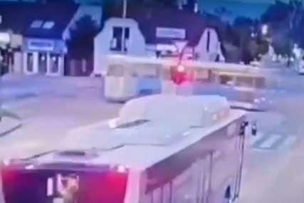 """Projurio kroz crveno, """"za dlaku"""" izbjegao autobus, pa se OKRETAO PO PUTU (VIDEO)"""