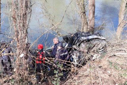 VELIKA TRAGEDIJA Automobilom sletjeli u rijeku, tijelo vozača pronađeno, za drugim mladićem se još traga