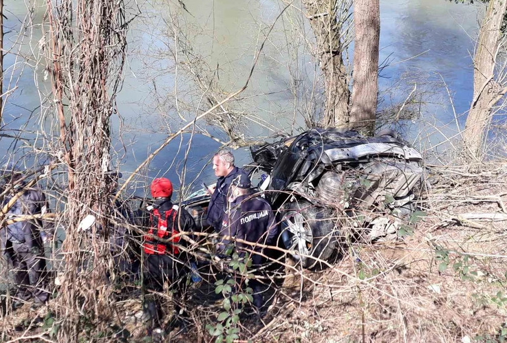 SUVOZAČ IZLETIO KROZ ŠOFERŠAJBNU Pronađeno tijelo drugog mladića iz automobila koji je sletio u rijeku