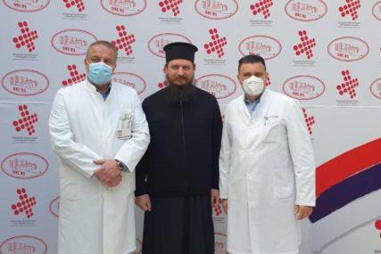 Vladika Sergije posjetio UKC RS: Medicinarima dao podršku, pacijentima poželio BRZ OPORAVAK