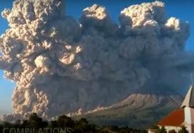 Erupcija vulkana Merapi i Sinabung u Indoneziji: Pepeo letio i do pet kilometara u vazduh (VIDEO)