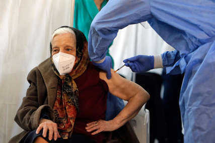 PRIMILA DRUGU DOZU Rumunka stara 104 godine najstarija vakcinisana osoba u Bukureštu