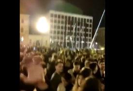 Mladi su usred Zagreba napravili žurku, orila se pjesma: Samo pijan mogu da prebolim (VIDEO)