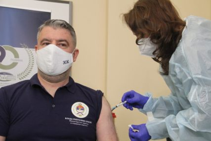 """""""Imunizacija izuzetno značajna"""" Ministar Šeranić primio prvu dozu vakcine protiv virusa korona (FOTO)"""