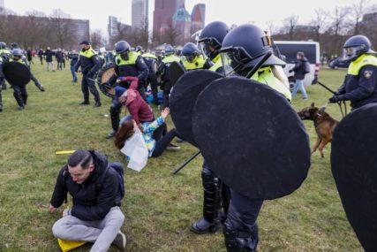 KORISTILI VODENI TOP Policija rastjerala demonstrante u Hagu
