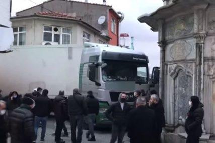 Kako mu je ovo pošlo za rukom? Kamiondžija iz Srbije napravio haos na ulicama Istanbula (VIDEO)