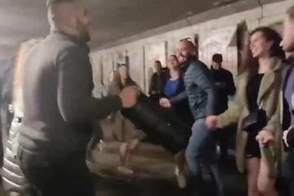 """""""GARA NEĆE DA PRIMI VAKCINU"""" Studenti zaigrali kolo, za koronu ne mare (VIDEO)"""
