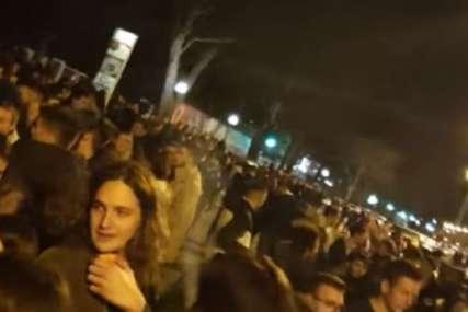 """Srpski hit """"Miki Milane"""" ori se ulicama: Mladi uprkos mjerama napravili korona žurku na otvorenom u Zagrebu (VIDEO)"""