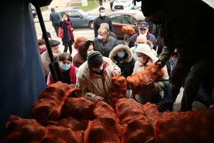 Brojni građani strpljivo čekali na hladnoći: Počela podjela BESPLATNOG KROMPIRA u Banjaluci (FOTO)