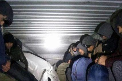Srbin krijumčario Sirijce: Pokušao da pobjegne, pa udario u drvo