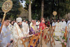 Opijelo upokojenom episkopu Atansiju ispred trebinjskog Sabornog hrama: Brojni vjernici dolaze da se poklone svome vladici (FOTO, VIDEO)