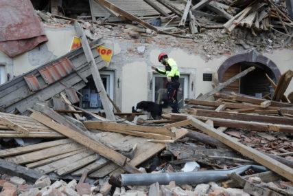 """""""Čovjek, a ne naljepnica"""" Protest u Petriniji zbog spore obnove grada"""