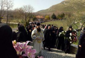 """""""Ispraćamo u drugi život čovjeka Hristovog uma"""" Tijelo preminulog episkopa Atanasija stiglo u manastir Tvrdoš (FOTO)"""