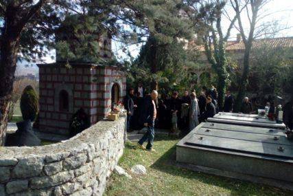 Počivaće u crkvici sagrađenoj po njegovoj želji: U porti manastira Tvrdoš SAHRANJEN EPISKOP ATANASIJE (FOTO)