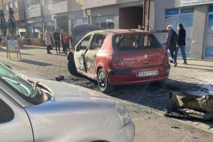 """NEMA POVRIJEĐENIH """"Pežo"""" izgorio na parkingu u Banjaluci (VIDEO)"""