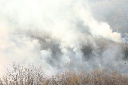 """""""Neko namjerno ide i pali"""" Vatrogasci brane kuće i pomoćne objekte, vatra bukti u pet sela u Gacku"""