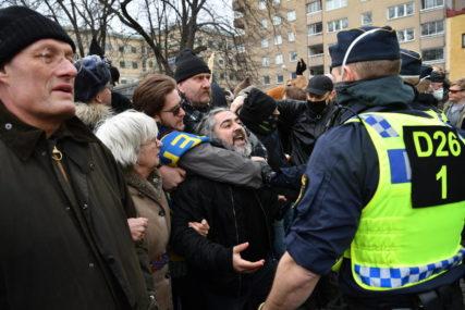 PROTEST U STOKHOLMU Šveđani izašli na ulice zbog antikovid mjera, policija ih rastjeruje