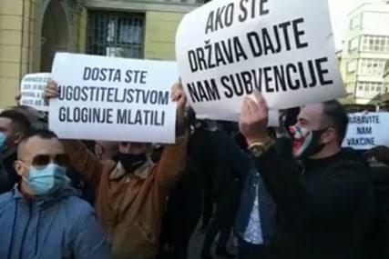 """""""Naš kanton zatvaraju, a drugi će opet da šire virus"""" Protestna šetnja u Sarajevu zbog mjera tokom vikenda (VIDEO)"""