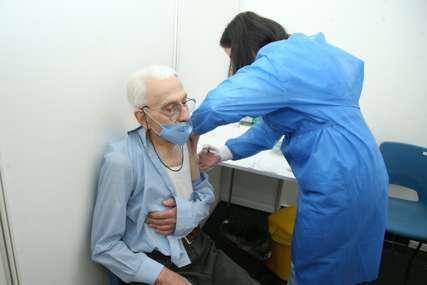 BEZ ZAKAZIVANJA TERMINA Sutra svi građani Banjaluke stariji od 65 godina mogu da se vakcinišu protiv korone