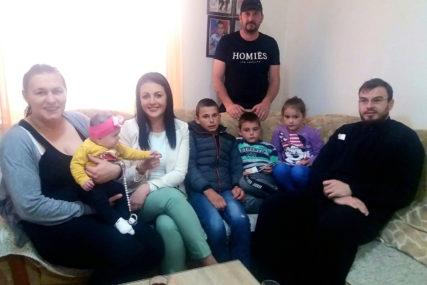 Pomoć za višečlanu porodicu Milojević iz Trebinja: Ministarka Davidović uručila hranu, pelene i bijelu tehniku