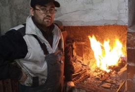 Spasoje Kovač iz Trebinja nastavio porodični zanat: Mladi inženjer kuje alatke, galanteriju, umjetnine (FOTO)