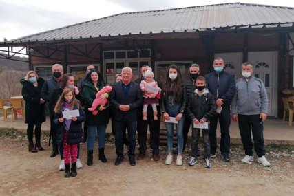 Uručene stipendije srpskoj djeci na Kosmetu: Po 100 evra od anonimnog donatora iz Srpske