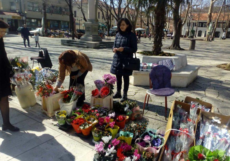 Cvjećari u Trebinju SPREMNI ZA DAN ŽENA: U ponudi ruže, karanfili i različiti aranžmani, samo je kupaca malo (FOTO)