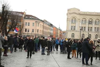 """""""Borimo se da prehranimo porodice"""" Ugostitelji na skupu ispred Palate Republike, protive se zatvaranju lokala (FOTO)"""